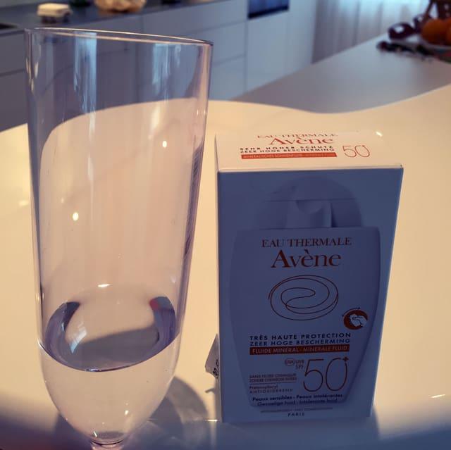 Zu einem Viertel gefüllte 3dl-Glas neben einer fast gleich grossen Verpackung.