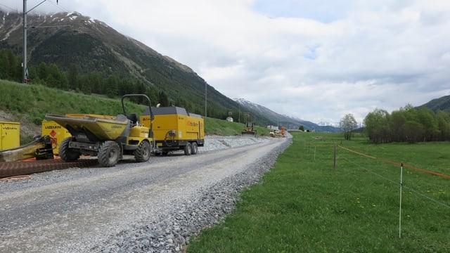 Baufahrzeuge am Bahndamm.