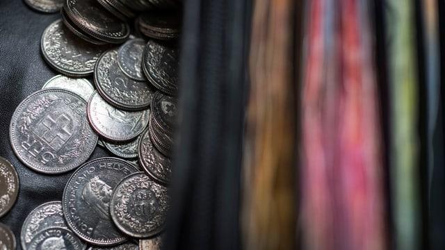 Schweizer Münzen links und Banknoten rechts.