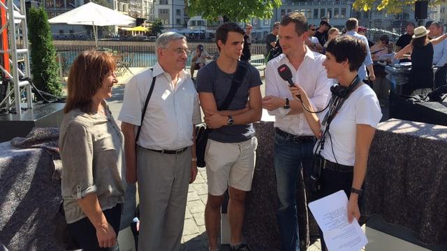 Jonas Projer spricht mit Wählern und Radio SRF 1. (srf)
