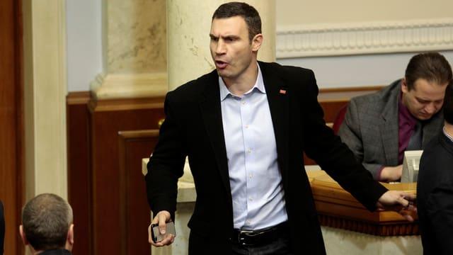 Klitschko mit zornigem Gesicht im ukrainischen Parlament.