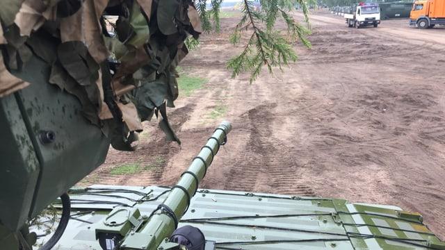 Blick von einem Panzer auf ein Feld.