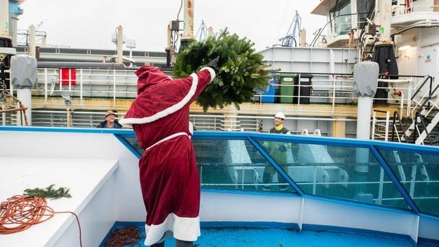 Nikolaus wirft eine Tanne zu einem Schiff
