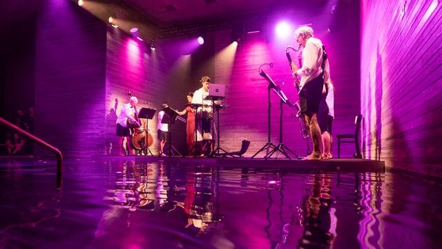 musicists durant il concert sin la tribuna en il bogn da la terma da Val