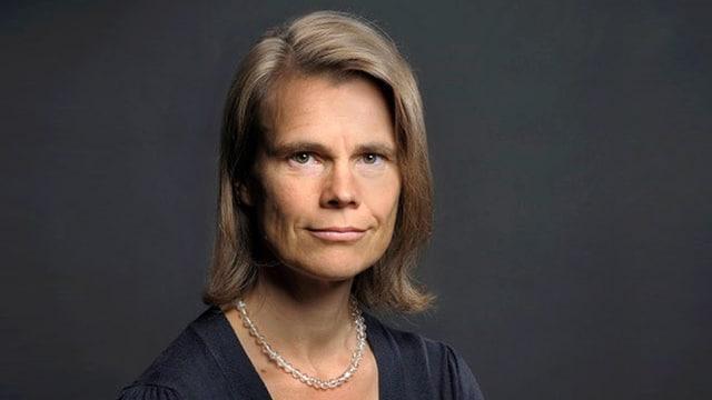 Portraitfoto der Professorin vor dunklem Hintergrund