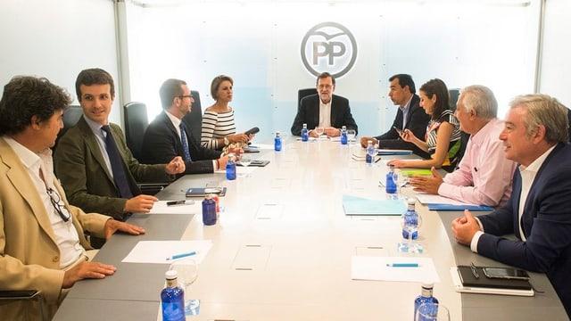 Il primminister Mariano Rajoy (al chau da la maisa) durant discurs cun la partida populara Ciudadanos.