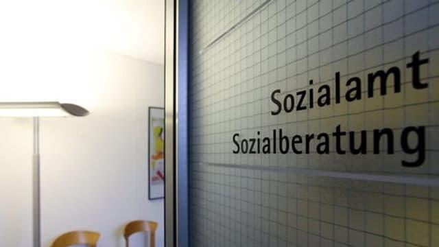 Wand mit Aufschrift «Sozialamt/ Sozialberatung»