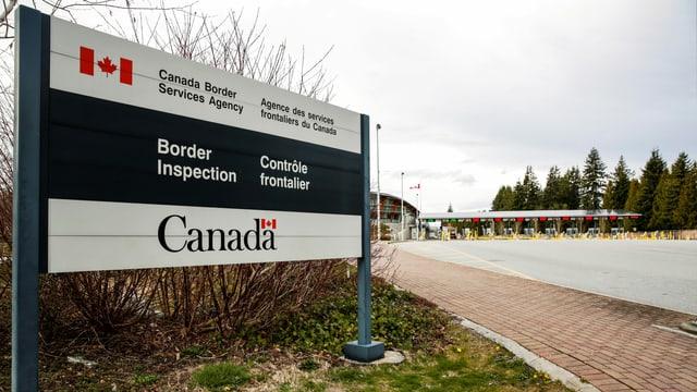 Tafel vor der Grenze nach Kanada.