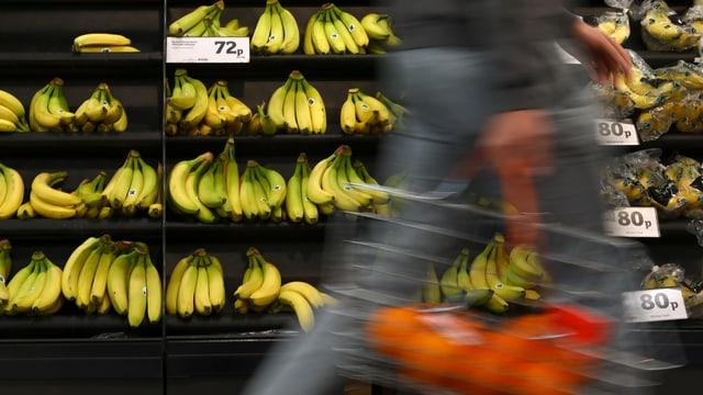 Ein Einkaufsgestell voller Bananen in einem britischen Supermarkt.