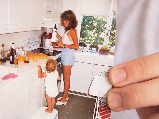 Kinderfoto von Marianne und Reto in der Küche.