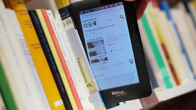 Büchergestell mit E-Book-Reader symbolisiert den Wandel bei den Bibliotheken