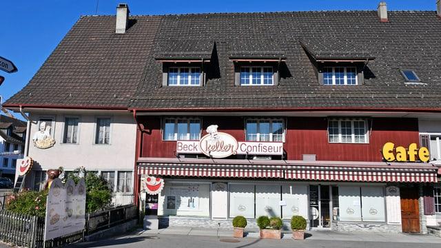 Die Fassade eines Hauses, mit der Aufschrift Bäckerei, daneben steht auch noch Café.