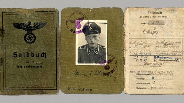 """Drei Seiten aus einem alten, zerfledderten Ausweis. Unter einem Reichsadler mit Hakenkreuz-Symbol steht """"Soldbuch"""". Daneben ein Schwarzweiss-Foto eines Mannes in SS-Uniform."""