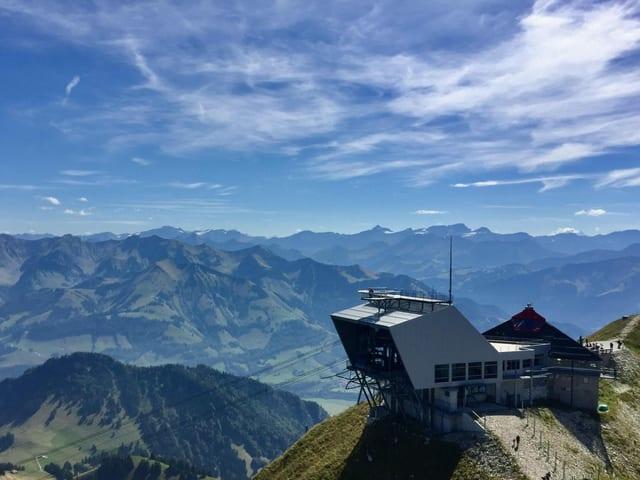Gondelbergstation auf Gipfel mit Blick auf Bergpanorama bei sonnigem Wetter