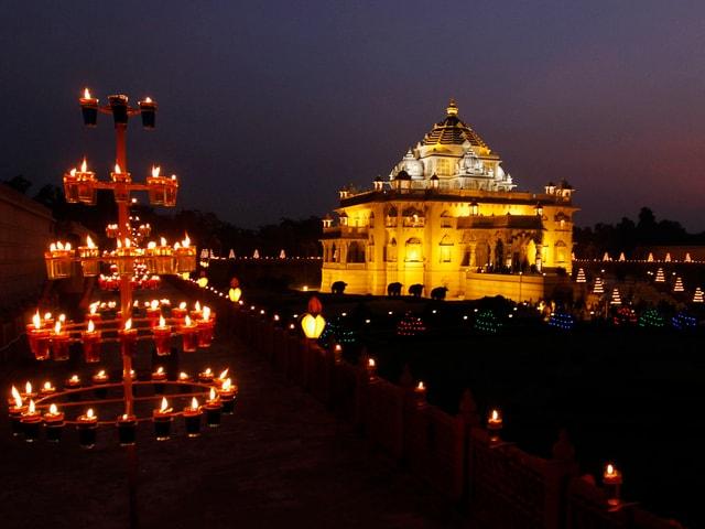 Lichtbestrahlter Tempel mit Kerzen im Vordergrund