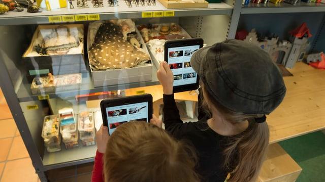 Zwei Kinder erkunden mit einem Tablet die Ausstellung des Historischen Museums.