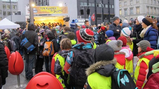 Schüler mit Leuchtwesten vor der mobilen Bühne auf dem Bahnhofplatz