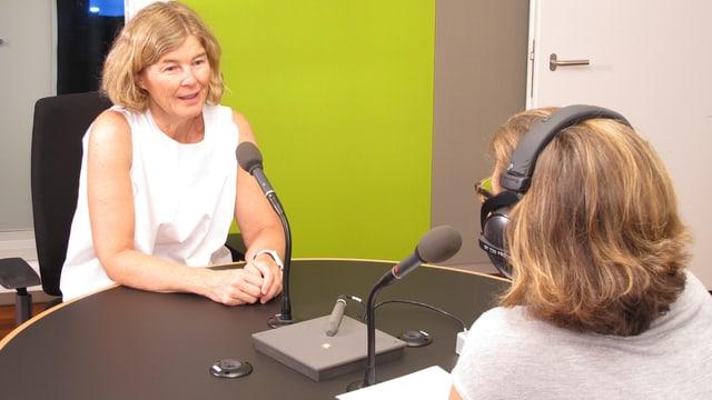 Nadine Hoch, Geschäftsleiterin des Verbands Kinderbetreuung Schweiz im Studio von Radio SRF.
