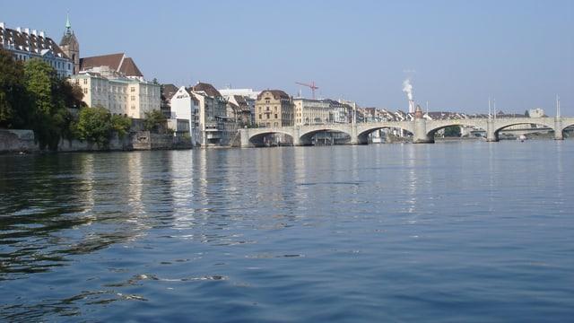 Sonniger, wolkenloser Himmel über Basel