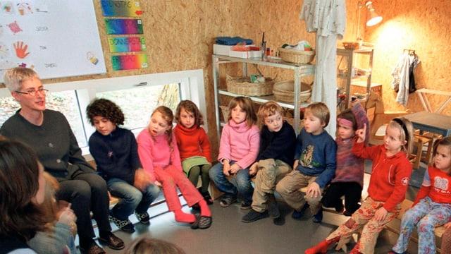 Kinder in einem Kreis im Kindergarten.