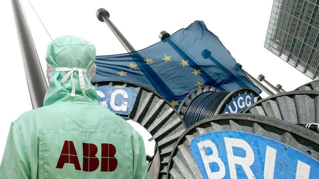 ABB-Mitarbeiter und Kabelrollen der Brugg vor einer EU-Flagge (Montage)