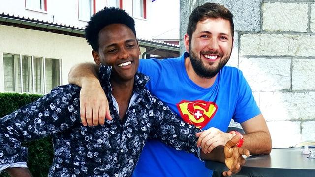 Ein Hildisriedener legt einem Eritreer den Arm um die Schulter