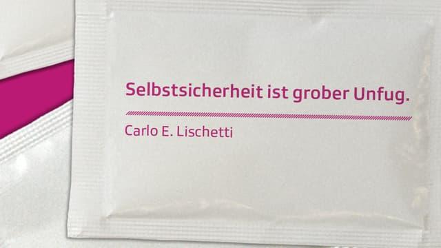 """Carlo E. Lischetti, auf einem seiner Werke, einem Löffel: """"Selbstsicherheit ist grober Unfug"""""""