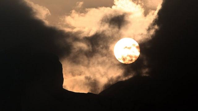 Sonne hinter Asche