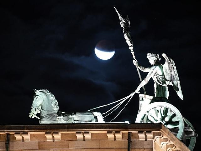 Mond über Berlin.