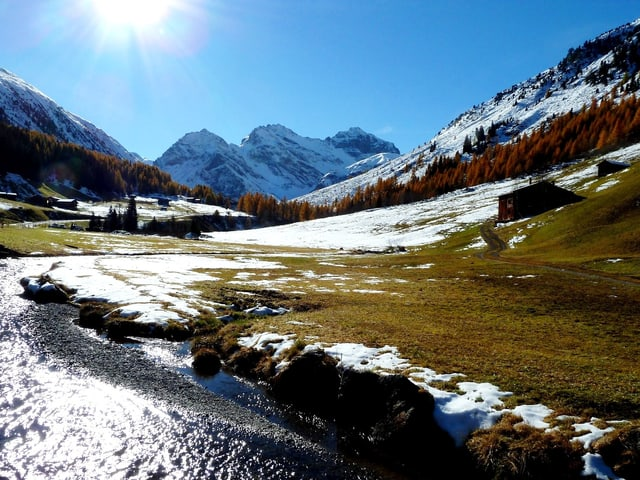 Wolkenloser Himmel und viel Sonnenschein. Im Tal ist es teils grün, teils hat es noch Schneereste. An den Nordhängen und in erhöhten Lagen ist die Schneedecke geschlossen.