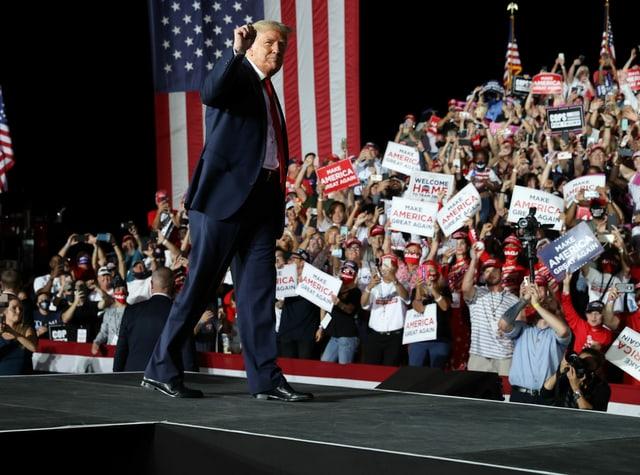 Trump jubelt Supportern an einer Wahlkampfveranstaltung in Florida zu.