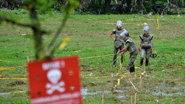 Soldaten grenzen in Bosnien ein ehemals überschwemmtes Mineneld ab.