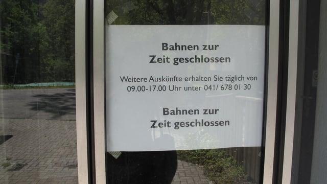 An der Tür zur Talstation der Lungern-Schönbüelbahnen steht ein Schild «Bahnen zur Zeit geschlossen».