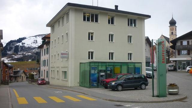 Il bajetg da la Banca Raiffeisen Cadi a Mustér.