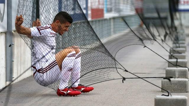 Mauro Caballero verfängt sich im Spiel gegen Thun in einem Netz.