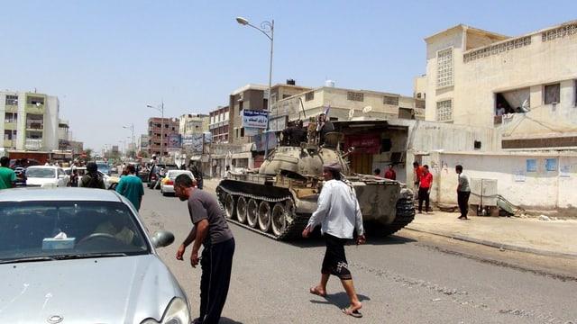 citad Aden, pliras persunas accumpognan in tanc da l'armada da Jemen