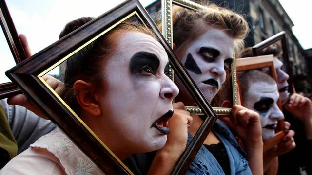 Schauspieler als traurige Clowns während einer Strassenperformance