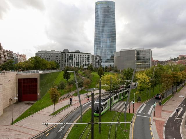 Die neue Tramlinie, im Hintergrund ein gläsernes Hochhaus