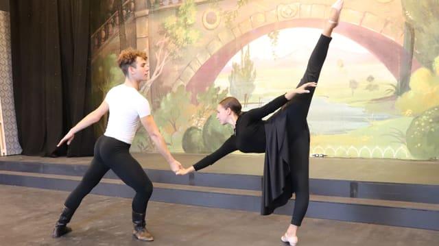 Mann und Frau auf Bühne