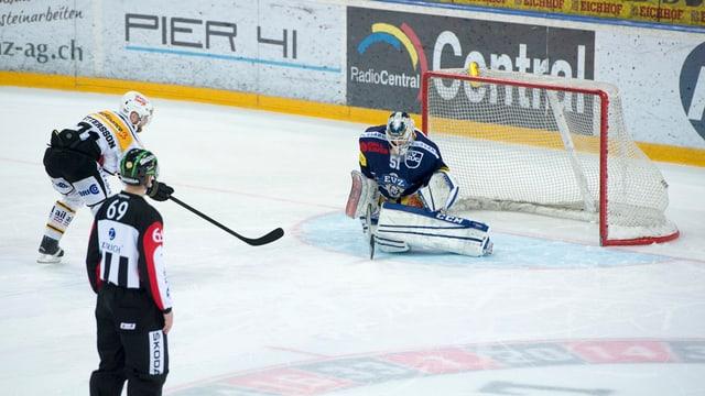arbiter da hockey guarda tiers co il giugader sajetta in penalti