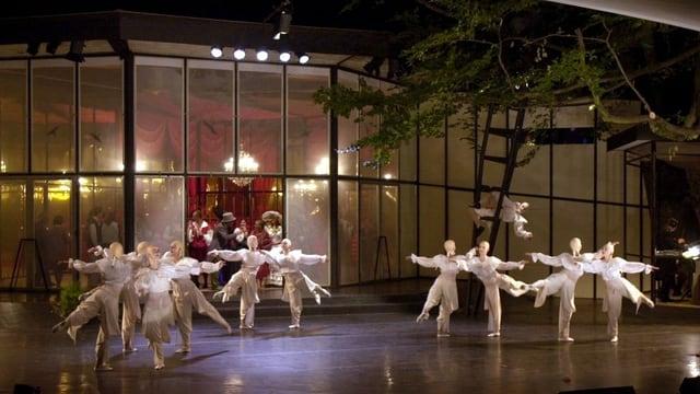 Das Foyer des Kurtheaters und die Aussenbühne, auf der eine Vorstellung läuft.
