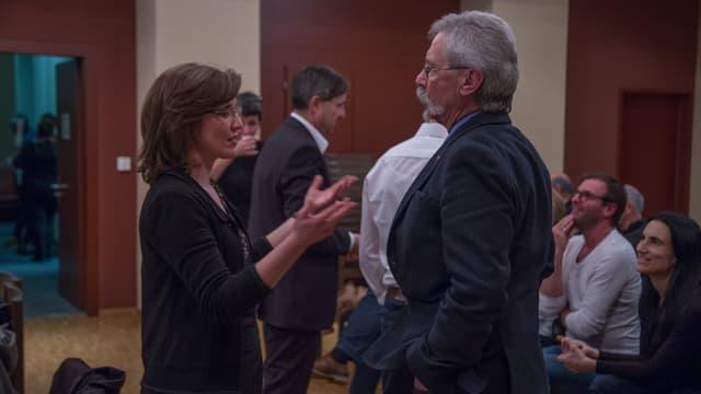 La nova presidenta da la vischnanca da Glion, Carmelia Maissen ed il prsident dal parlament, Lorenz Alig en ina discussiun animada.