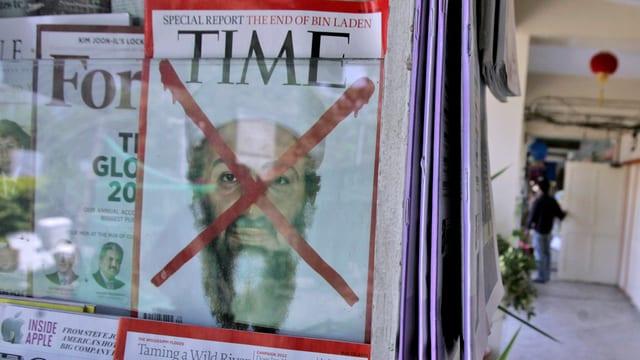 Eine «Time»-Ausgabe mit dem durchgekreuzten Konterfei Bin Ladens in einem Zeitschriftenständer.