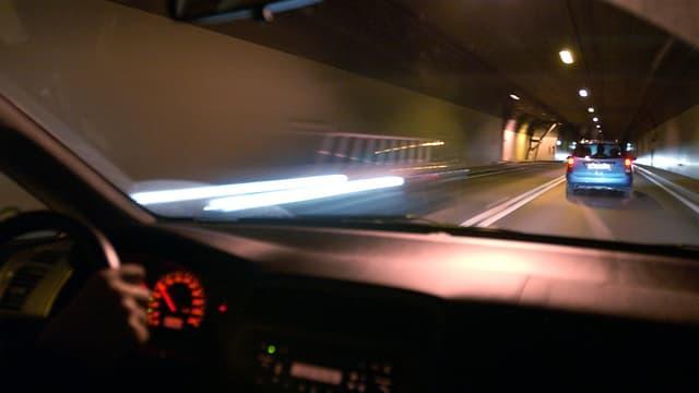 Sicht aus einem Auto, das im Tunnel fährt.