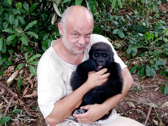 Laurent Flütsch hält einen Affen im Arm.