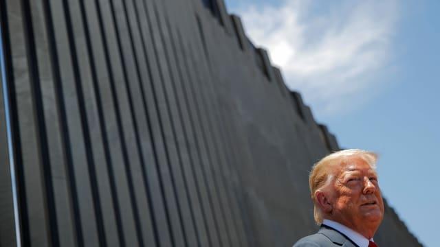 Donald Trump vor einem neu errichten Teilstück der Mauer an der Grenze zu Mexiko.
