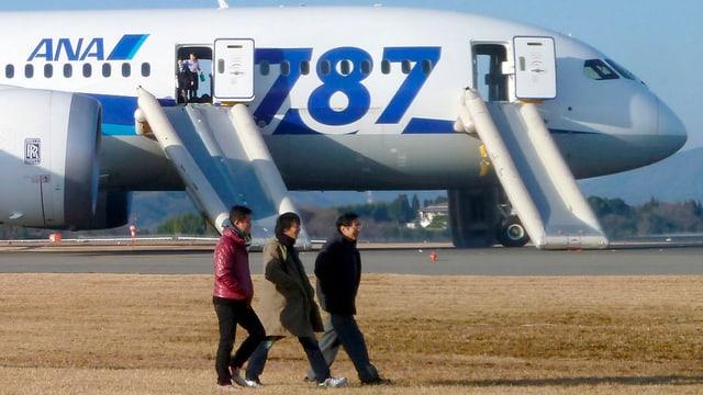 Passagiere verlassen den notgelandeten «Dreamliner» auf dem Takamatsu-Flughafen im Westen von Japan.
