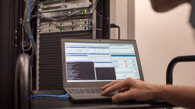Eine Überwachungssoftware wird an einem Netzwerk angeschlossen.