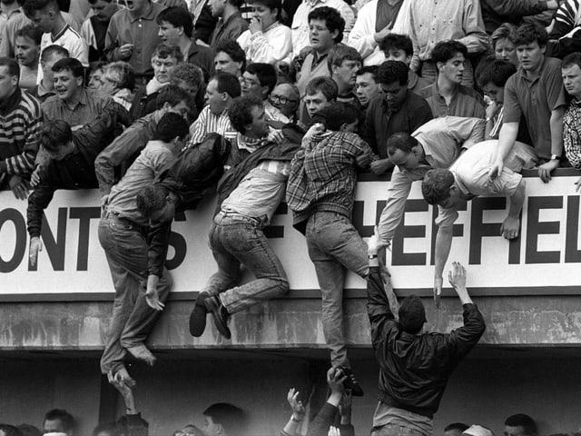 Die Liverpool-Fans versuchen dem Gedränge zu entkommen.