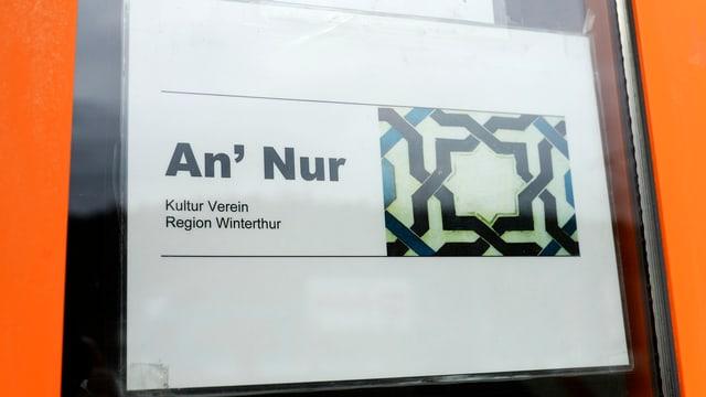Ina tavla vi da l'isch d'entrada da la moschea An'Nur a Winterthur